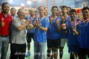 Manager Tim Badminton PT.ST,Denny Lesar, saat menerima piala bergilir dari Batamindo selaku panitia penyelenggara annual games tahun 2017.