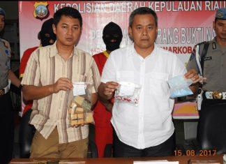 Wadir Resnarkoba Polda Kepri, AKBP. Hernowo Yulianto, Sik, saat menunjukan barang bukti sabu sebelum dimusnahkan.