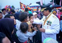 Hujan lebat tak halangi antusias masyarakat saksikan menyaksikan penurunan Bendera Merah Putih di Halaman Utama Gedung Daerah Tanjungpinang.