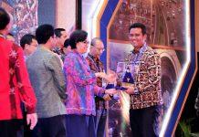 Bupati Bintan, Apri Sujadi saat menerima penghargaan WTP tingkat nasional dari Menkeu RI Sri Mulyani