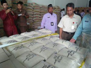 Disperindag Pemprov Kepri saat sidak ke gudang swalayan terkenal di Tanjungpinang, yang digrebek polisi karena diduga mengoplos beras