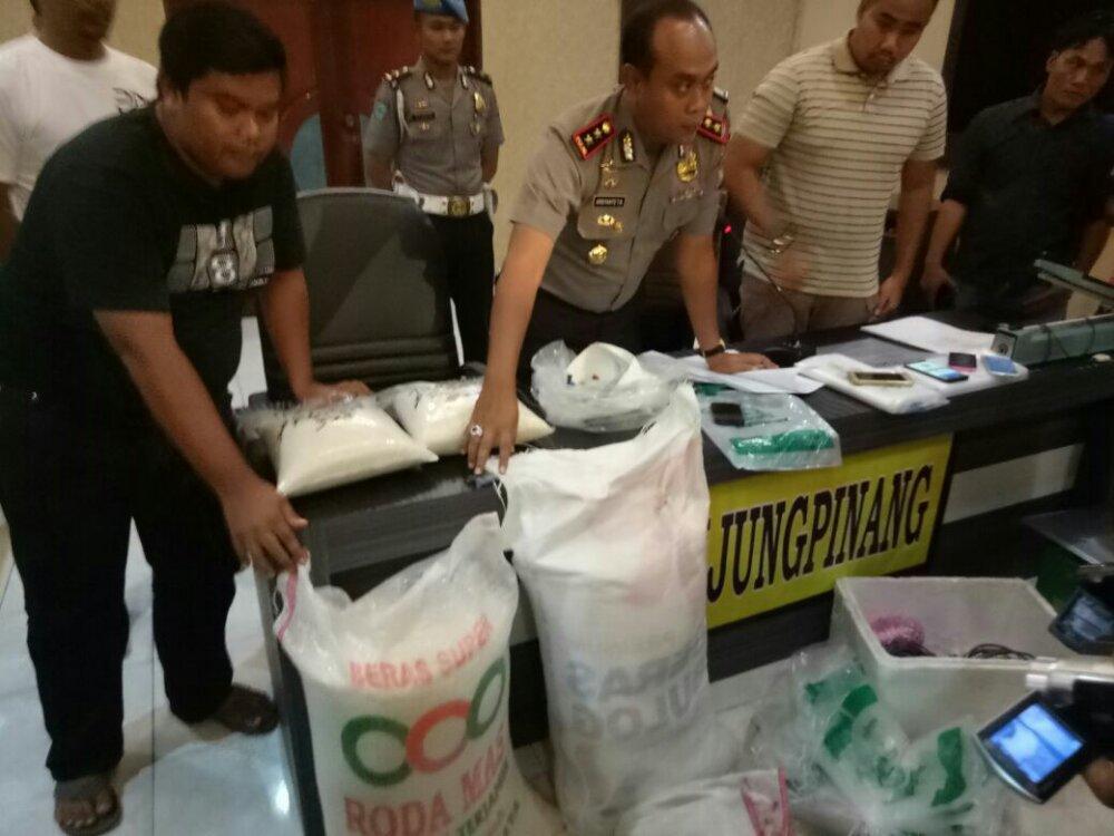 Polres Tanjungpinang saat konfrensi pers penggrebekan gudang beras (foto:dok)