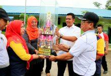 Bupati Bintan Apri Sujadi didampingi Wakil Bupati Bintan Dalmasri Syam saat menyerahkan dalam acara Pekan Muharam tahun 2017