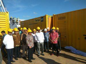 Gubernur Kepri saat meninjau kedatangan mesin pembangkit listrik di Kabupaten Karimun