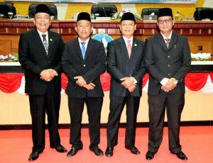 Pelantikan Nezar Ahmad (kiri) sebagai ketua DPRD Bintan