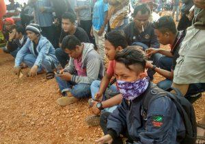 Para wartawan sedang menunggu informansi pencarian korban, pada Minggu (22/10), di Tanjung Siambang