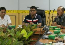 Wagub Bintan Dalmasri Syam (tengah) didampingi Sekda Bintan Adi Prihantara (kanan) saat memimpin rapat kerja