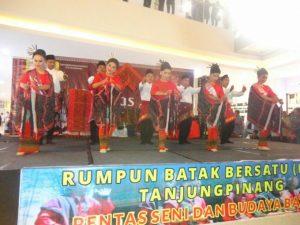 Kesenian Batak saat tampil dalan pentas seni Kota Tanjungpinang, di TCC Tanjungpinang