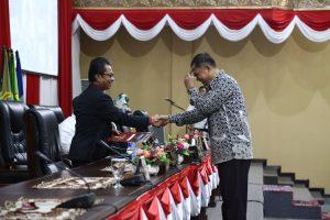 Pimpinan sidang paripurna yang juga ketua DPRD Kepri Jumaga Nadeak (kiri), saat menerima laporan Pansus pemilihan Wagub Kepri
