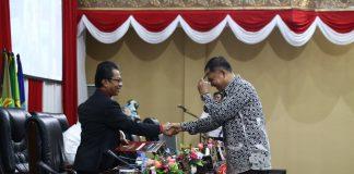 Pimpinan sidang paripurna yang juga ketua DPRD Kepri Jumaga Nadeak (kiri), saat penetapan Isdianto sebagai calon Wagub Kepri