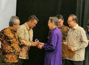 Bupati Bintan Apri Sujadi (kiri) saat menerima Anugerah Pandu Negeri 2017 dari mantan Wapres Boediono (kanan-baju biru)