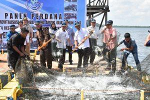 Panen perdana ikan dari budidaya laut Penaga-Bintan
