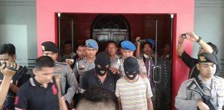 Dua kurir yang diamankan polisi (pakai sebo)