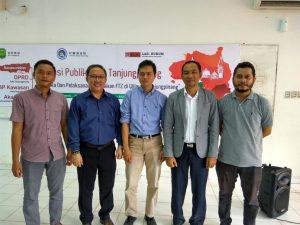 Panitia dan para nara sumber dalam diskusi publik terkait pelaksanaan FTZ Tanjungpinang. Simon Awantoko (kedua dari kiri)