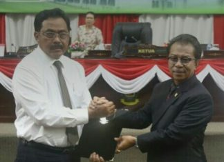 Gubernur Nurdin dan Ketua DPRD Kepri Jumaga Nadeak saat paripurna pengesahan APBD Kepri 2018