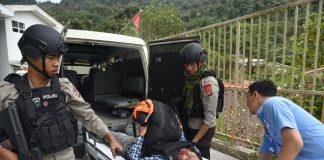 Evakuasi korban penembakan oleh kelompok KKB (ft: Hms Polda Papua)