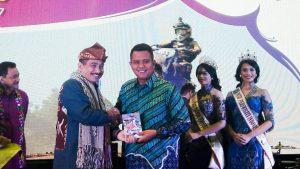 Bupati Bintan Apri (kanan) dan Menteri Pariwisata Arief Yahya (kiri)