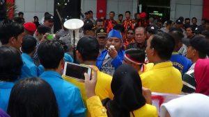Demonstran di kantor Disdik Kepri