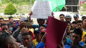 Demonstran di halaman kantor Gubernur Kepri