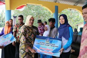 Ketua LK2S Bintan Ibu Hj Deby Apri, saat menyerahkan bantuan
