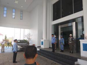 Komandan upacara melaporkan upacara Peringatan Hari Bela Negara kepada Inspektur Upacara