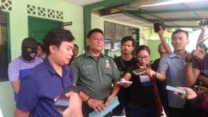 Pasi Intel Kodim 0315 Bintan, Kapten Budi Hartono (kanan) dan penyidik BNNK Tanjungpinang Jimmy Simangunsong (kiri) saat konfrensi pers di Makodim 0315 Bintan