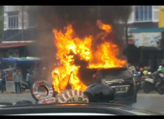 Api melahap mobil Avanza berwarna hitam