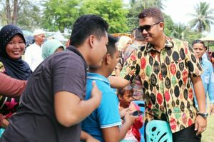 Bupati Bintan Apri Sujadi saat menyerahkan bantuan