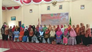 Bupati Natuna Hamid Rizal bersama kaum ibu-ibu usai membuka seminar sehari Peringatan Hari Ibu Ke-89.