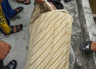 Korban setelah diangkat dari kolong rumah Afoi
