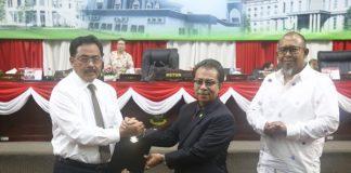 Gubernur Nurdin Basirun (kiri) dan ketua DPRD Kepri Jumaga Nadeak, dalam rapat paripirna pengesahan APBD Kepri 2018.