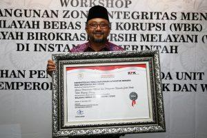 Walikota Tanjungpinang Lis Darmansyah saat menerima penghargaan predikat kota WBK di Jakarta