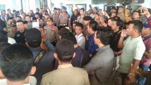Suasana diluar gedung DPRD Kepr