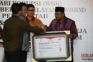 Wako menerima penghargaan Wilayah Bebas Korupsi dari Menpan RB atas Dinas Penanaman Modal dan Pelayanan Terpadu satu pintu Tanjungpinang (ft: hms pemko tpi)