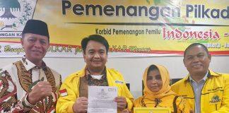 Pasangan Syahrul-Rahma bersama Ade Angga saat menrima SK DPP Golkar, di Jakarta.