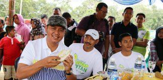 Bupati Apri bersama Sekda Adi saat menikmati Durian Bintan