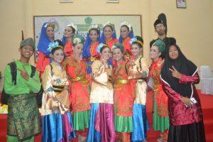 Para penari yang berasal dari kalangan pelajar