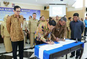 Bupati Bintan Apri saat penandatanganan MoU dengan Bank BJB
