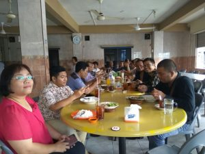 Para jurnalis dan Anggota DPRD Tanjungpinang dari umat Kristiani makan bersama usai ibadah syukuran Natal dan Tahun Baru.