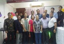 Para Jurnalis dan Anggota DPRD Tanjungpinang yang beragama Kristen, bersama Pdt. Liau Jusmin, fhoto bersama usai ibadah.