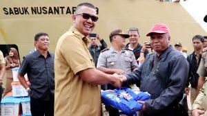 Bupati Apri saar penyerahan bantuan