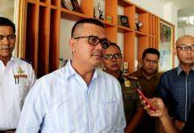 Ketua Demokrat Kepri Apri Sujadi memberikan keterangan pers