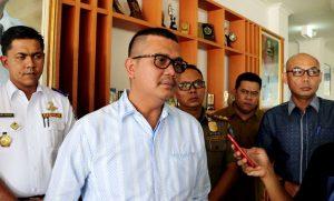 Bupati Bintan Apri Sujadi memberikan keterangan pers