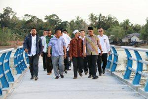 Bupati Bintan Apri Sujadi saat meninjau pembangunan jembatan Pengujan (2)