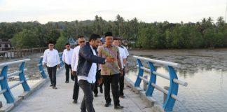 Bupati Bintan Apri Sujadi saat meninjau pembangunan jembatan Pengujan (1)