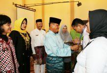 Wakil Bupati Bintan Drs H Dalmasri Syam memasang Tanda Peserta Diklat kepada salah satu peserta