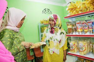 Ketua Dekranasda Kabupaten Bintan Ibu Hj Deby Apri Sujadi dan Evi Sumarni