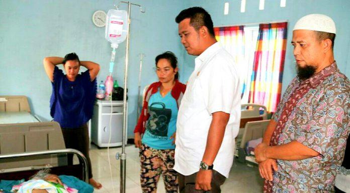 Bupati Apri saat mengunjungi pasien berobat gratis