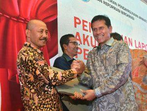 """Sekda Bintan Adi Prihantara (kiri) saat menerima penghargaan akuntabilitas kinerja """"Baik"""" dari MenPAN-RB Asman Abnur"""