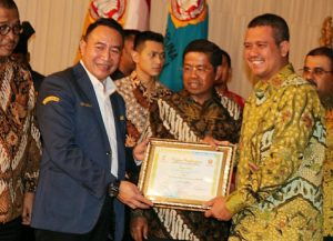 Bupati Bintan Apri Sujadi (kanan) dan Menteri Sosial Idrus Marham (tengah) saat penyerahan piagam penghargaan Karang Taruna